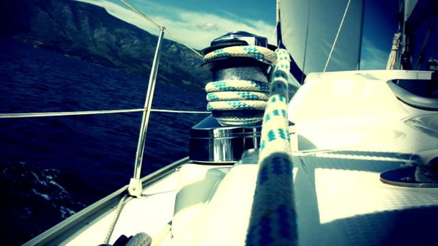 HD: Dramatische Kulisse mit Segelboot nähern Coast