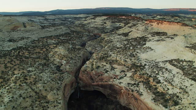 dramatische szenerie im grand staircase-escalante national monument at dawn - grand staircase escalante national monument stock-videos und b-roll-filmmaterial