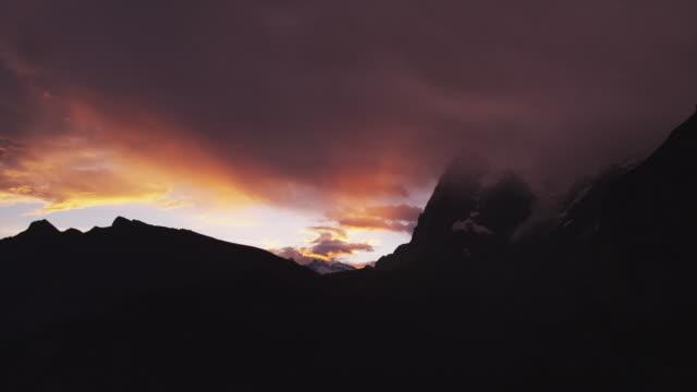 ws dramatic sky at sunset above alps / murren, switzerland - berner alpen stock-videos und b-roll-filmmaterial