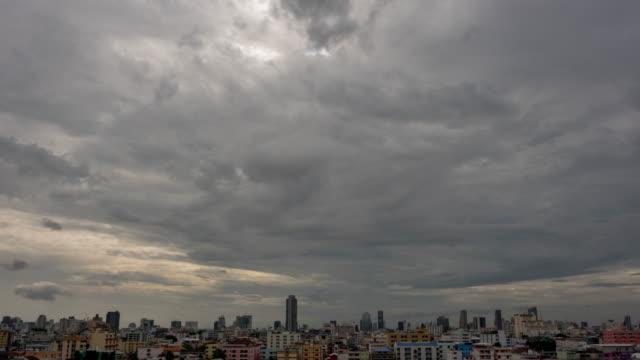 vídeos de stock, filmes e b-roll de um céu dramático com o movimento de nuvens escuras. a escuridão nublada antes da tempestade, vem o movimento de lapso de tempo. - cinza descrição de cor