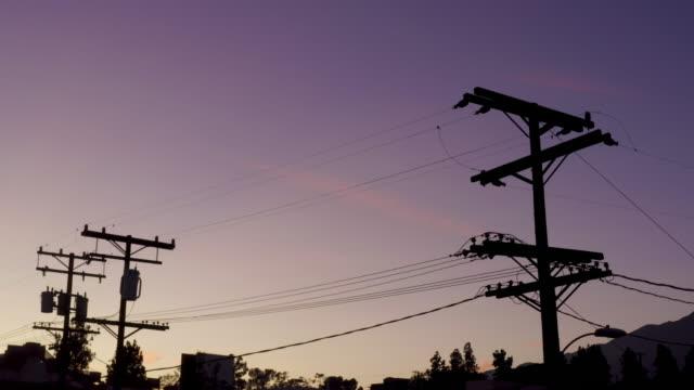 電力線でドラマチックな空 - ドローンビデオ - power line点の映像素材/bロール
