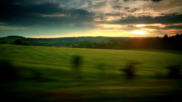 Drammatico tramonto e treno viaggia in Svizzera