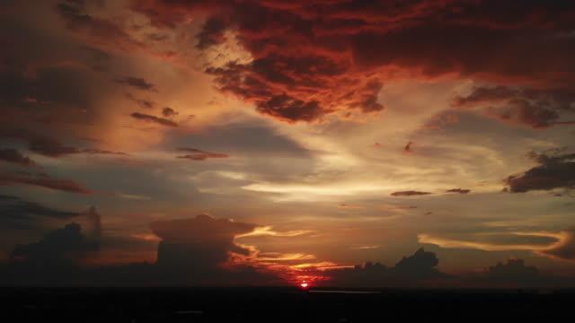 4K Dramatic sunset as the massive sun sets into the horizon.