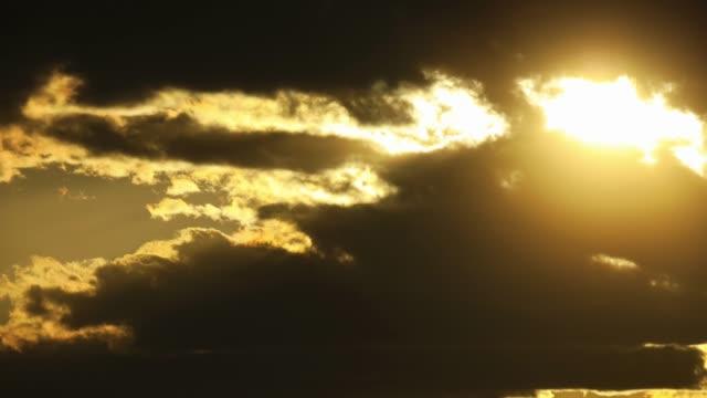 4kで劇的な夕日雲のタイムラプス - light beam点の映像素材/bロール