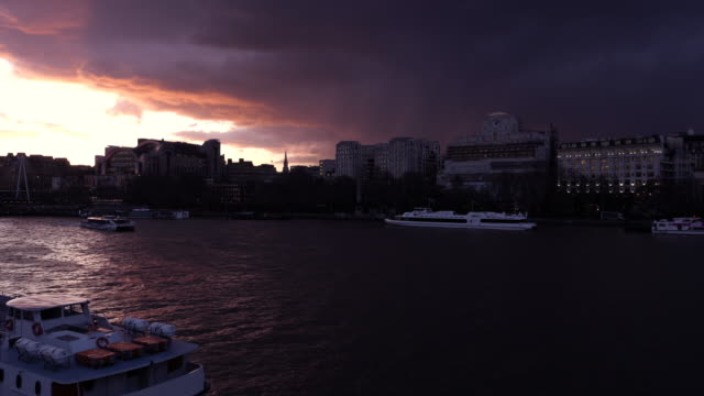 vídeos de stock e filmes b-roll de dramatic sunset in london thames river - ametista