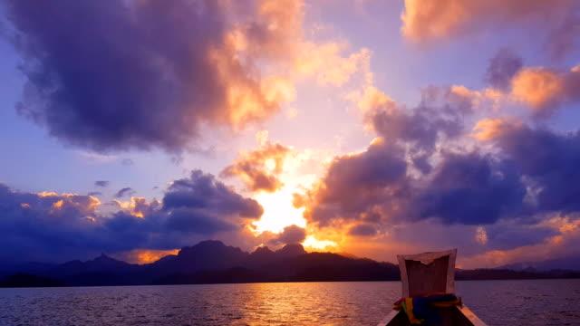 劇的な山と海の夕日 - クラビ県点の映像素材/bロール
