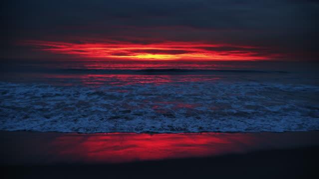 vidéos et rushes de dramatic sunset over venice beach - écume