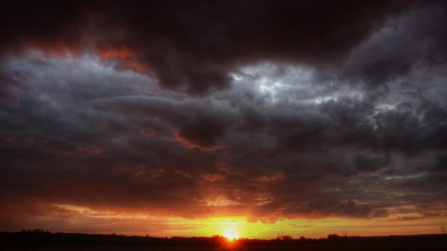 vidéos et rushes de spectaculaire coucher de soleil - ciel menaçant