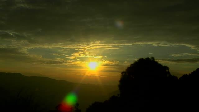 vídeos de stock, filmes e b-roll de dramatic time lapse evening sunset - parélio