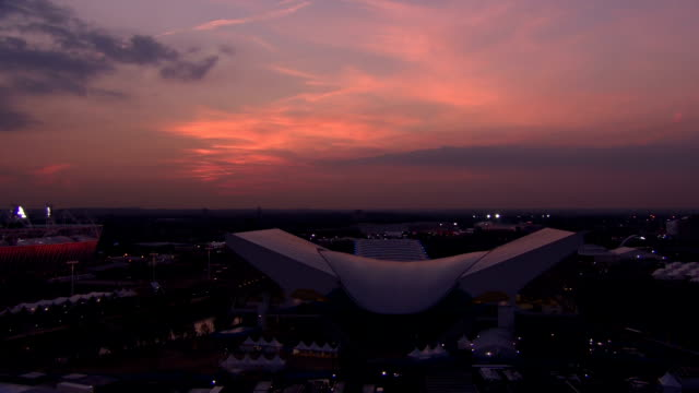 dramatic timelapse wideshot of the purpose built aquatics centre at sunset during the london 2012 olympics timelapse w/s aquatics centre at dusk at... - 2012年ロンドン夏季オリンピック点の映像素材/bロール