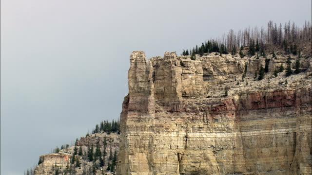 vidéos et rushes de superbe paroi verticale de bighorn national forest-vue aérienne-wyoming, big horn county, états-unis - rock face