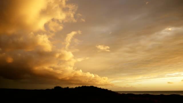 dramatischer gelbe sonnenuntergang himmel zeitraffer - niederlande stock-videos und b-roll-filmmaterial