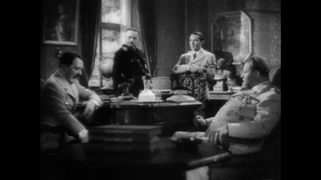 vidéos et rushes de / dramatization of adolf hitler and other nazi member talking in a room hitler confers with nazi officers on january 01 1945 in germany - 1945