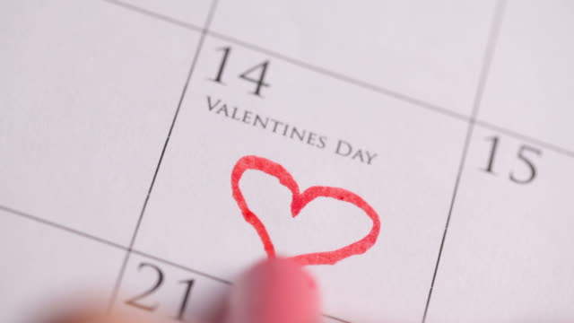 Drawing a heart for Valentines Day on Calendar