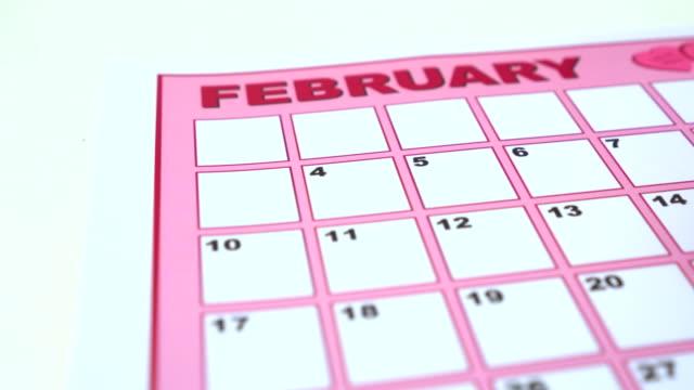 Zeichnung einer Herzen für Valentinstag auf Kalender