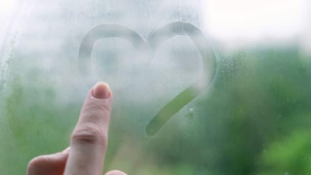 vídeos y material grabado en eventos de stock de drawing heart on window - distante