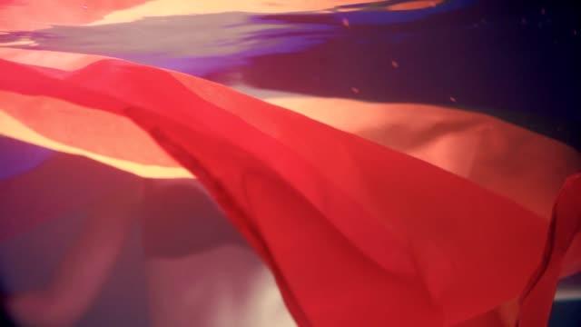 vidéos et rushes de drapeau de rêve lgbt. danse sous-marine de drapeau - se cacher