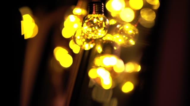 vídeos de stock e filmes b-roll de dreamcatcher hanging by light bulbs on camping van - lampada
