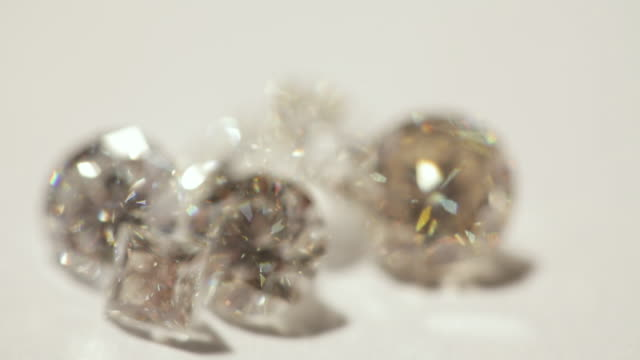 stockvideo's en b-roll-footage met dreamlike sequence showing a group of diamonds going into and out of focus. - shaky