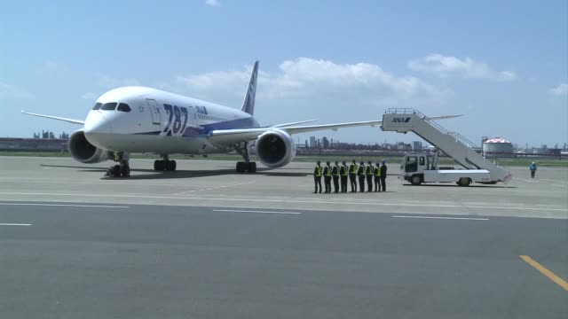 vídeos de stock, filmes e b-roll de dreamliner test flight with top boeing and all nippon airways chiefs aboard lands at a tokyo airport three months after the global fleet of 787s was... - boeing 787