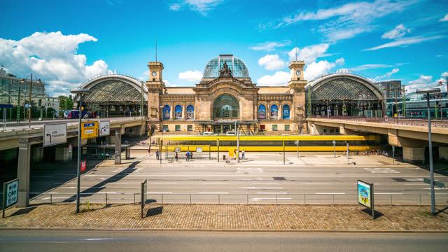 dresden deutschland hauptbahnhof bahnhof zeitraffer tagsüber - bahnhof stock-videos und b-roll-filmmaterial