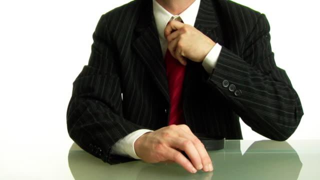 vídeos de stock, filmes e b-roll de vestido check-in. - gravata