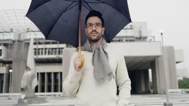 gekleidet für kalte tage - modisch stock-videos und b-roll-filmmaterial