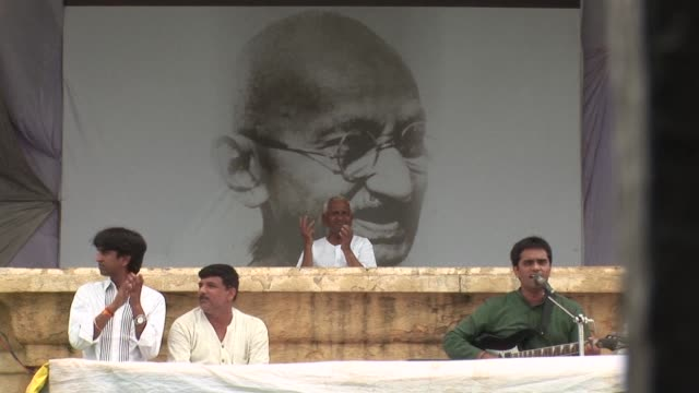 dressed in his simple white tunic and glasses few can resist drawing comparisons between anticorruption activist anna hazare and indiaõs revered... - tunic stock videos & royalty-free footage