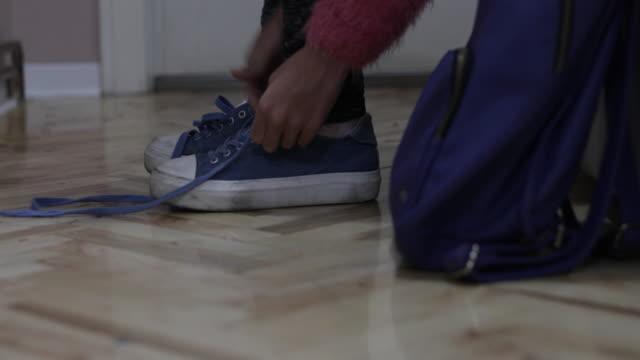服を着て靴 - 立ち去る点の映像素材/bロール