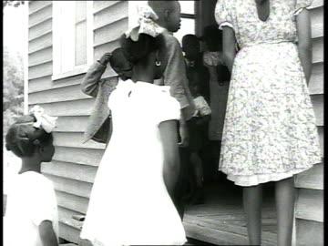 vidéos et rushes de 1939 ms dressed-up children entering church - injustice