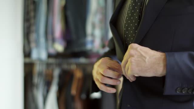 vídeos y material grabado en eventos de stock de vestirse para trabajo - dejar