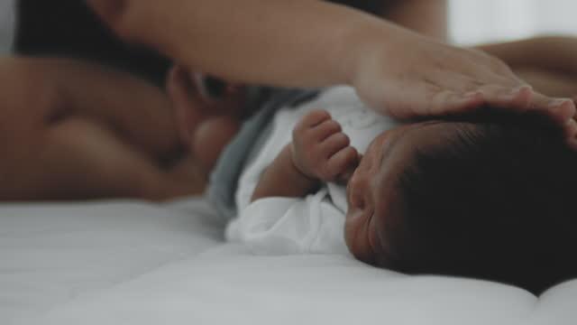 vídeos y material grabado en eventos de stock de vestir ropa de bebé - recién nacido 0 1 mes