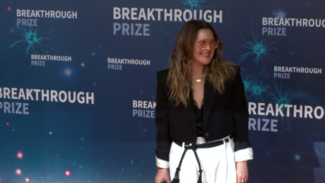 drew barrymore at 2020 breakthrough prize at nasa ames research center on november 3, 2019 in mountain view, california. - ドリュー・バリモア点の映像素材/bロール