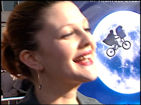 drew barrymore at the 'et' 20th anniversary at the shrine auditorium in los angeles california on march 16 2002 - shrine auditorium stock-videos und b-roll-filmmaterial