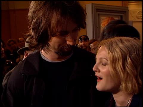 drew barrymore at the 'freddie got fingered' premiere on april 18, 2001. - ドリュー・バリモア点の映像素材/bロール