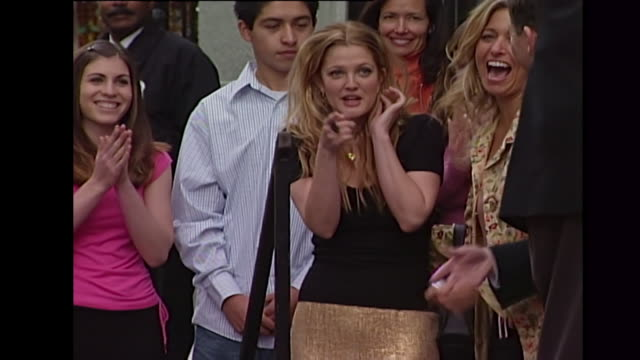drew barrymore hollywood walk of fame ceremony - ウォークオブフェーム点の映像素材/bロール