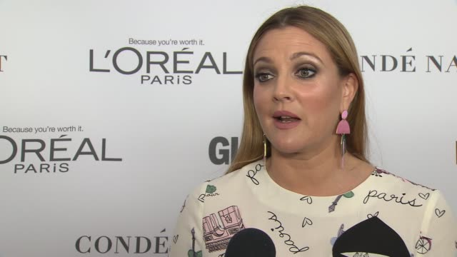 drew barrymore on coming out and her daughter at glamour's 2017 women of the year on november 13, 2017 in new york city. - ドリュー・バリモア点の映像素材/bロール