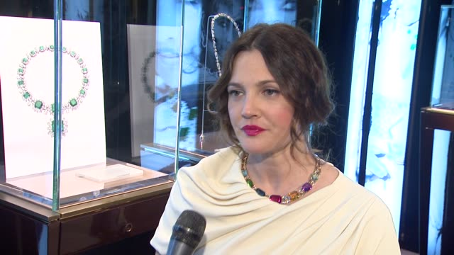drew barrymore on the bulgari jewelry on display, which one is her favorite, what bulgari jewels mean to her, the jewels she is wearing, and what... - ドリュー・バリモア点の映像素材/bロール