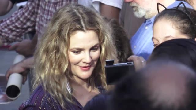 drew barrymore outside jimmy kimmel live in hollywood in celebrity sightings in los angeles, - ドリュー・バリモア点の映像素材/bロール