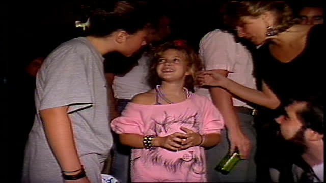 drew barrymore posing for pictures at a new york city club in the 1980s. - ドリュー・バリモア点の映像素材/bロール