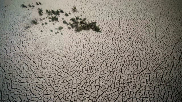 vídeos y material grabado en eventos de stock de dried cracked mud is seen at the valdeinfierno reservoir on july 28 2017 in zarcilla de ramos spain valdeinfierno is one of the spain's oldest... - sequía