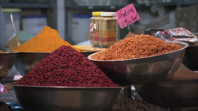 cu dried food and spices on market stall, isfahan, iran - gewürz stock-videos und b-roll-filmmaterial