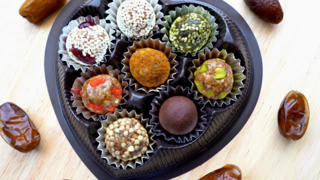 getrocknete früchte, datum frucht, datum ball mit getreide - arabic script stock-videos und b-roll-filmmaterial