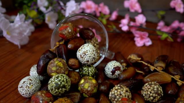 ドライ フルーツ、日フルーツ、シリアルを日ボール - モロッコ文化点の映像素材/bロール