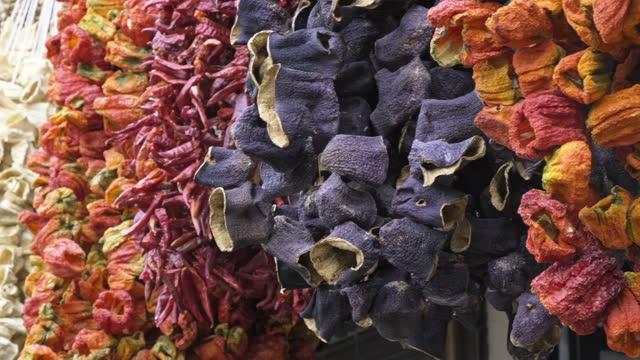 peperoni secchi e melanzane e spezie colorate appese al bazar, gaziantep - bazar delle spezie video stock e b–roll