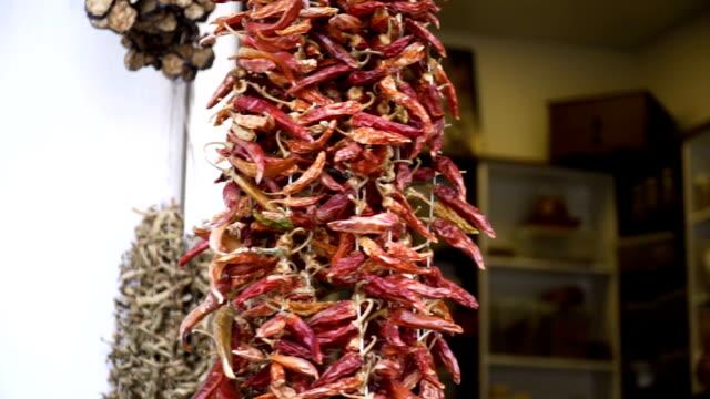 壁に掛け座った乾燥ピーマン - 赤唐辛子点の映像素材/bロール