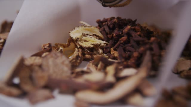 vidéos et rushes de dried turmeric and dried clove buds on the paper in south korea - sécher activité