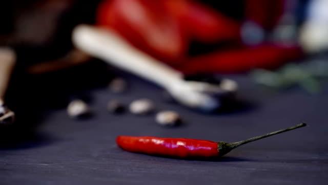 乾燥生豆 - 赤唐辛子点の映像素材/bロール