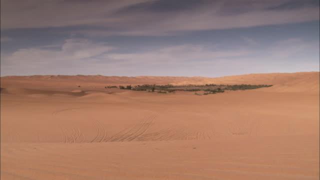 vídeos y material grabado en eventos de stock de a dried up oasis covers the desert near ubari libya. available in hd. - oasis desierto