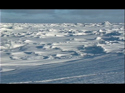 vidéos et rushes de drifted snow and ice create hilly formations across an arctic landscape. - neige fraîche